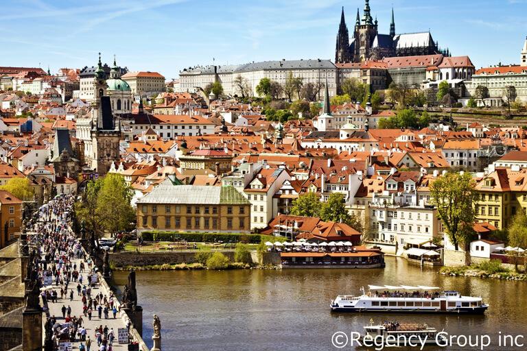 ラビリンスのような小径を散策、チェコのプラハは「治安の良さ」も魅力!