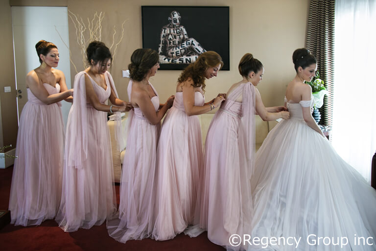 540ea7c036723 ヨーロッパ挙式を最高の瞬間へと導いてくれるウエディングドレス。 ウエディングドレス選びにおいて大切なのは、自分好みのデザインか否かも、もちろんですが、どこに  ...