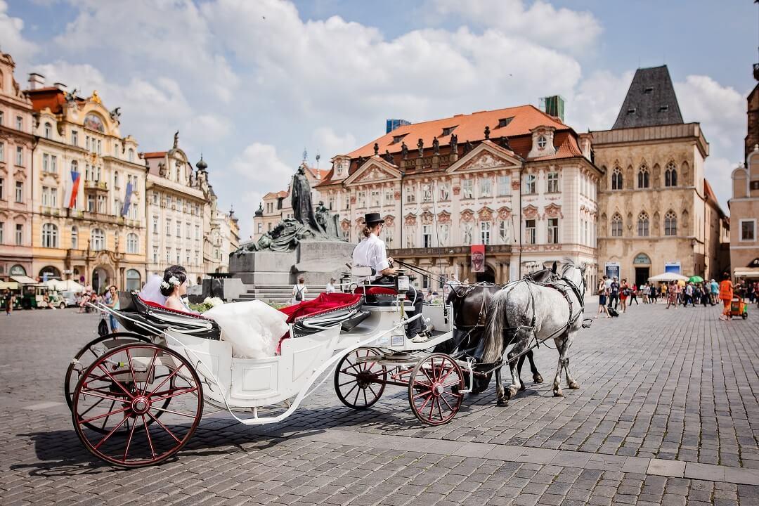 海外在住でも実現!古都プラハの聖ミクラーシュ教会挙式は永遠の思い出に!!